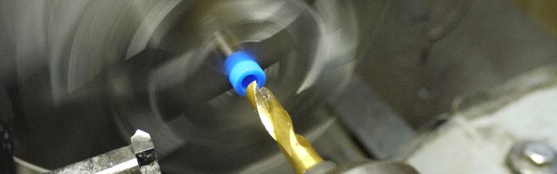 スクロールチャックで小径ワークをクランプ固定。