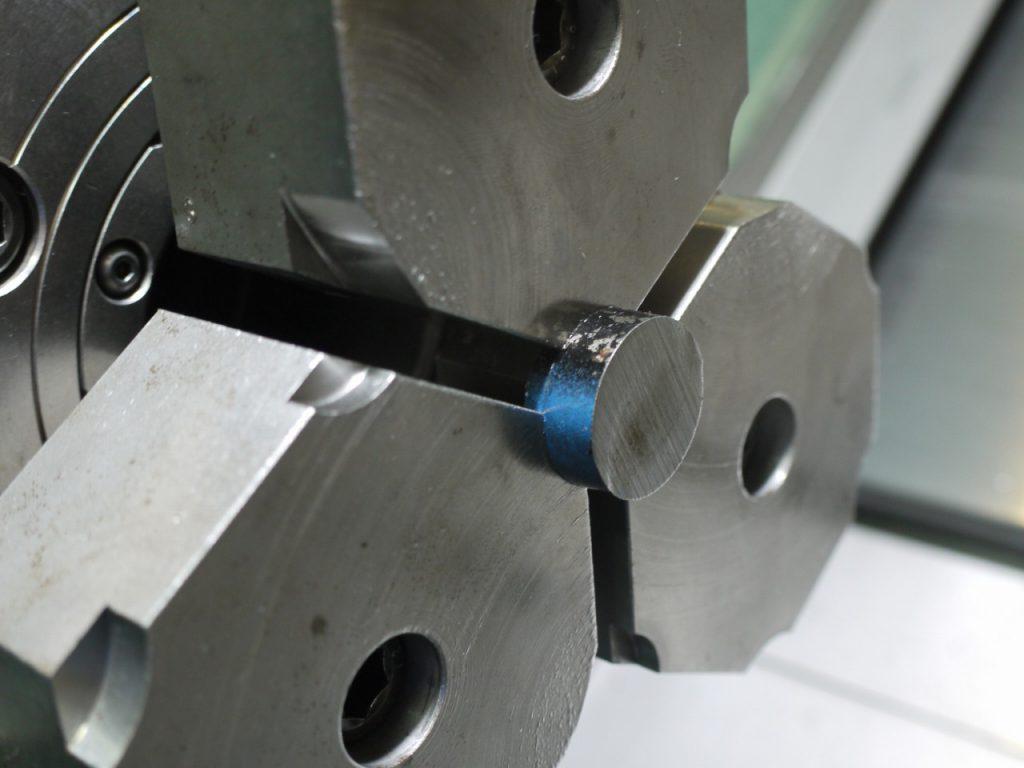 高速度工具鋼の加工。チャッキング。黒皮をクランプ。