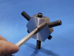 旋盤やマシンングで使用するチャックに適応する微調整冶具